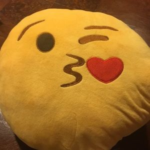 "16"" kiss face emoji pillow"